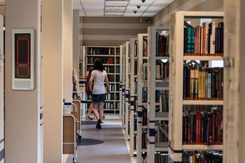 Regula el nivel de ruido en las diferentes secciones de la biblioteca como centro cultural